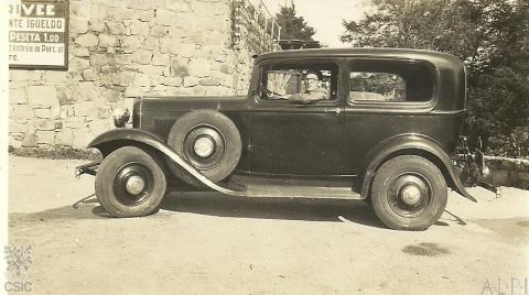 Lorenzo Rodríguez-Castellano en San Sebastián antes de la guerra con el ford. Foto ARC