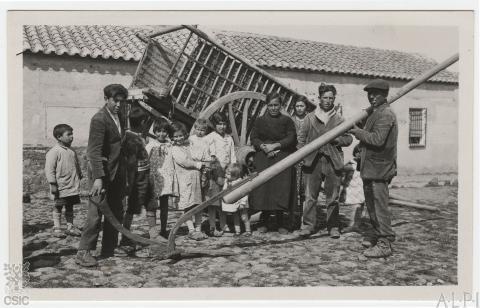 Alcolea de Calatrava (Ciudad Real). Personas de distintas edades con un arado. FRC